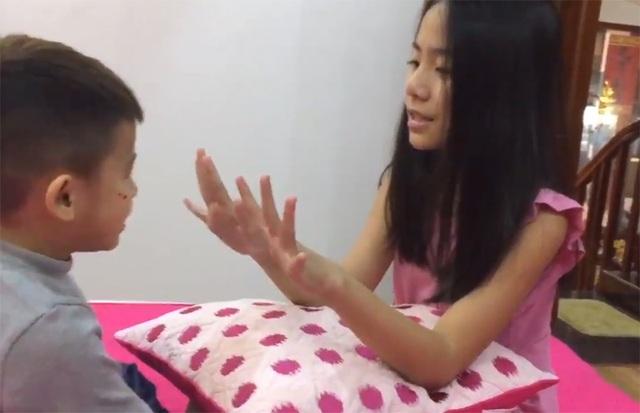 Bé Quỳnh Anh đặt câu hỏi đố em trai trả lời bằng tiếng Anh.