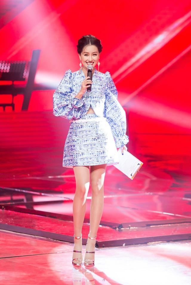 Mùa The Remix vừa khép lại, Quỳnh Chi tiếp tục được nhà sản xuất tin tưởng giao cho vai trò dẫn dắt vòng liveshow của The Voice 2017 cùng với MC Nguyên Khang.