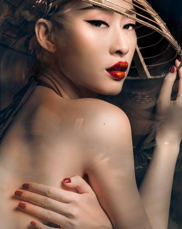 Không chỉ là người khởi xướng phong cách chụp ảnh sexy trong làng mốt Việt, Quỳnh Thy còn là người mẫu đầu tiên xuất hiện trên tạp chí quốc tế - Maxim.