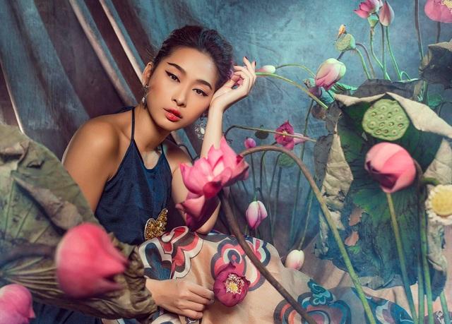 Miss Quỳnh Thy tung ảnh ấn tượng bên hoa sen ngày 8/3 - 2