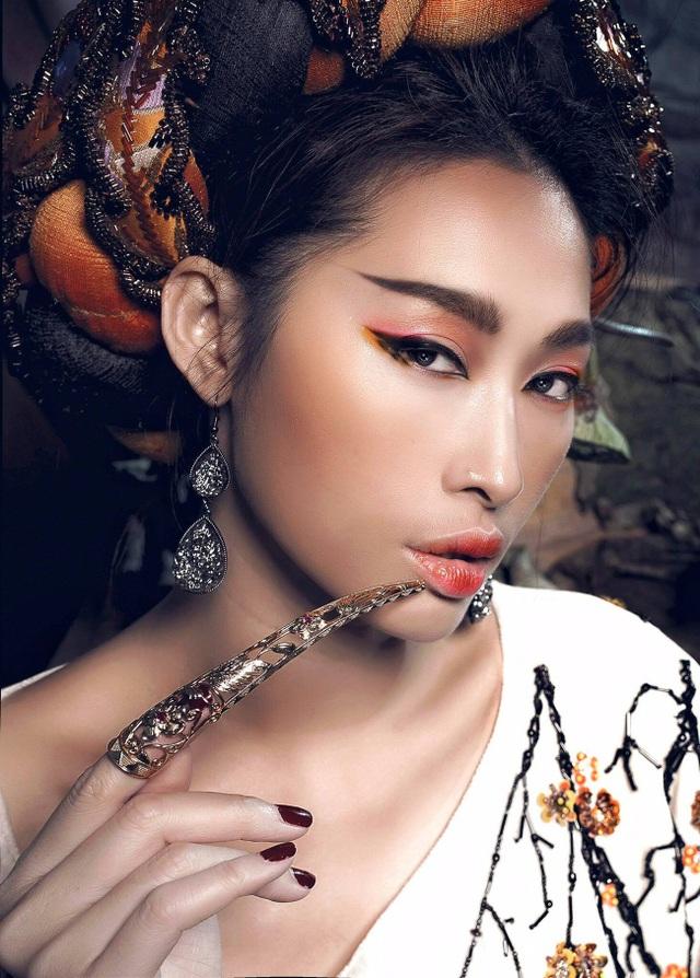 Quỳnh Thy vốn sở hữu làn da nâu căng mịn tự nhiên càng thêm ấn tượng với cách trang điểm tạo khối mạnh. Cô được các chuyên gia trang điểm dùng tông cam nâu trầm của mùa thu.