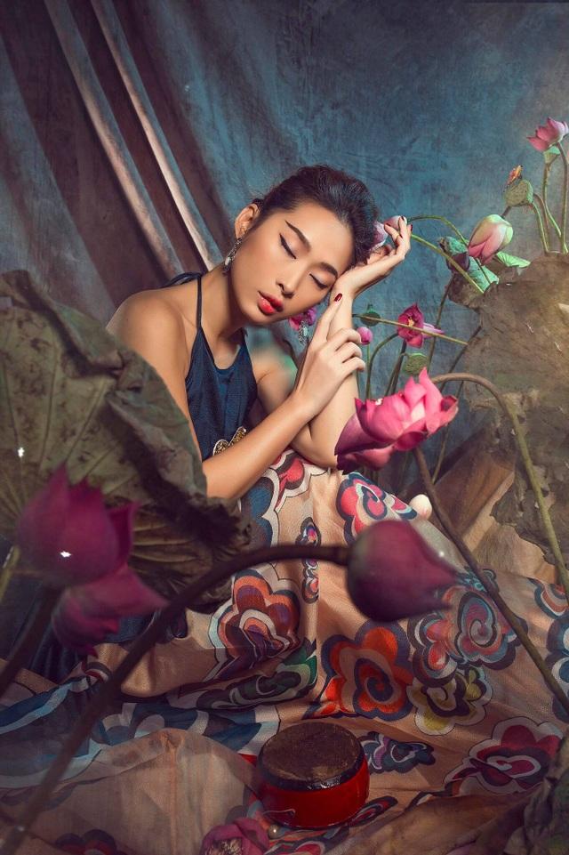 Miss Quỳnh Thy tung ảnh ấn tượng bên hoa sen ngày 8/3 - 5