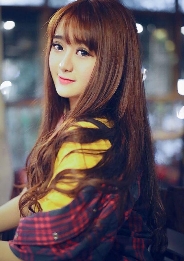 Bên cạnh học tập, Quỳnh có thu nhập từ việc làm người mẫu tự do. Cô có lợi thế là gương mặt dễ thương và vóc dáng đẹp.