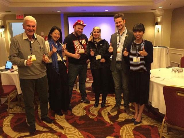 Cô giáo 9x Trần Thị Quỳnh Anh (ngoài cùng bên phải) tại Diễn đàn Giáo dục toàn cầu Microsoft 2017