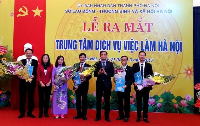 Đại diện Cục Việc làm và Sở LĐ-TB&XH tặng hoa Ban Giám đốc mới của TT DVVL Hà Nội.