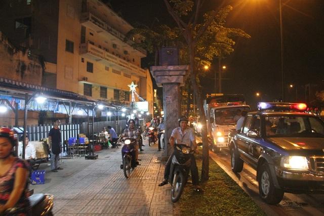 Lực lượng chức năng quận Bình Thạnh cũng ra quân xử phạt tình trạng lấn chiếm vỉa hè, lòng đường tối 28/2.