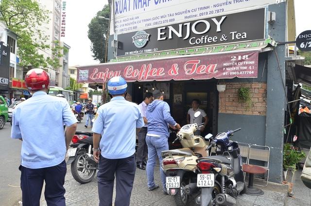 Quán cà phê đậu xe chiếm vỉa hè bị người dân phản ánh với Phó Chủ tịch UBND quận 1, ngay sau đó đã bị xử lý.