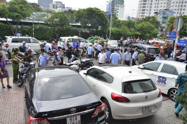 Hàng loạt ô tô đậu trên vỉa hè bị xử phạt trong sáng 20/2