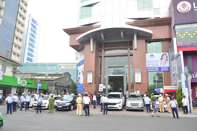 Tổ công tác của UBND quận 1, TPHCM tiếp tục ra quân kiểm tra, xử phạt tình trạng buôn bán, đậu xe lấn chiếm vỉa hè sáng 20/2