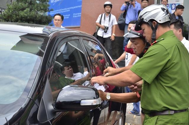 Lực lượng chức năng niêm phong những chiếc ô tô vắng tài xế.