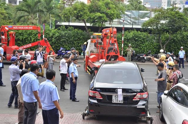 Nhiều ô tô đậu trên vỉa vè chiếm lối đi của người đi bộ bị cẩu về xử lý