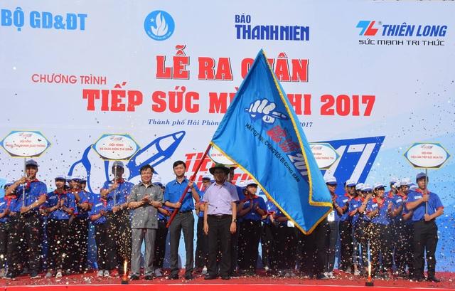 """Lễ trao cờ lệnh chính thức ra quân """"Tiếp sức mùa thi"""" năm 2017."""