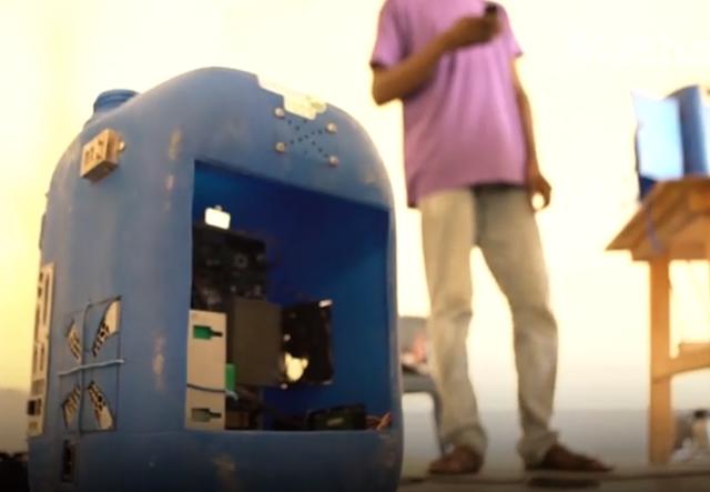 Máy tính được lắp từ rác điện tử giúp trẻ em ở châu Phi lần đầu tiếp xúc với Internet - 1
