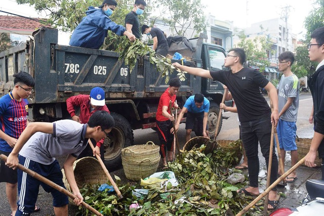 Hiện TP. Tuy Hòa (Phú Yên) đang huy động mọi lực lượng giải phóng rác tồn ứ.
