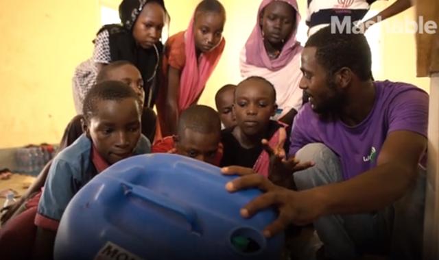 Máy tính được lắp từ rác điện tử giúp trẻ em ở châu Phi lần đầu tiếp xúc với Internet - 6