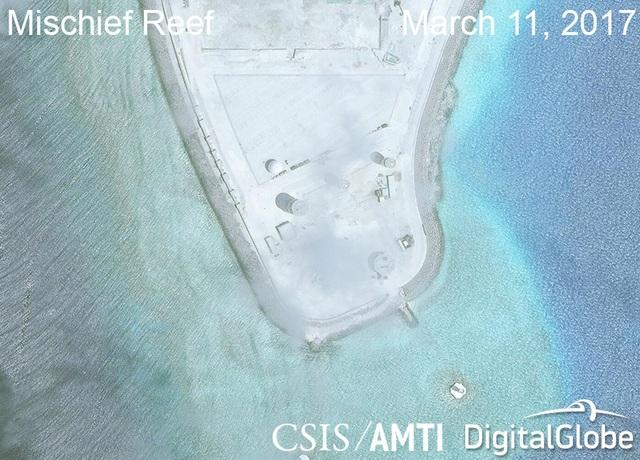 Ảnh vệ tinh ngày 11/3/2017 chụp hệ thống radar phi pháp của Trung Quốc trên đá Vành Khăn thuộc quần đảo Trường Sa của Việt Nam (Ảnh: CSIS)