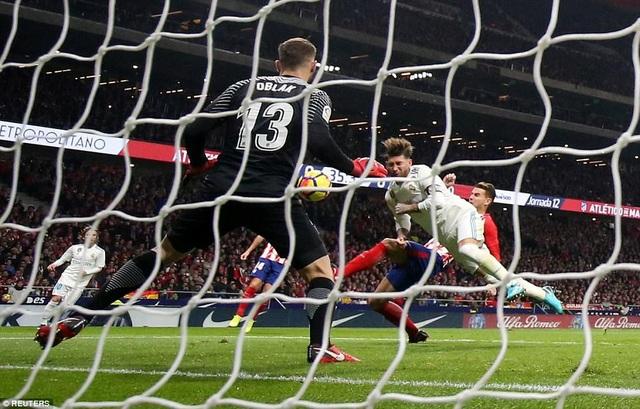 Sergio Ramos lĩnh trọn cú đá của Lucas Hernandez vào mặt
