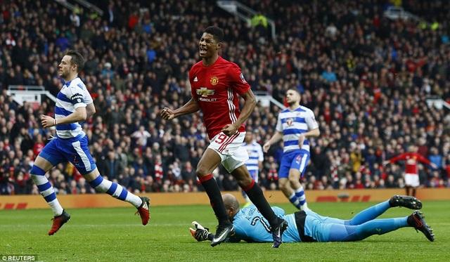 Rashford ăn mừng pha ghi bàn vào lưới Reading