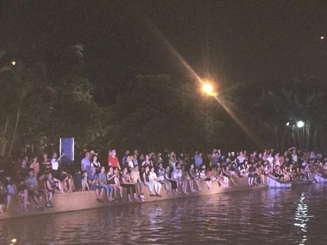 Rất đông nhân dân đến xem hát quan họ trên thuyền