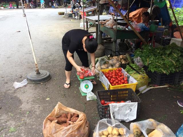 Khách thích cà chua Trung Quốc (trong sọt vàng) hơn cà chua Đà Lạt (trong sọt đen)