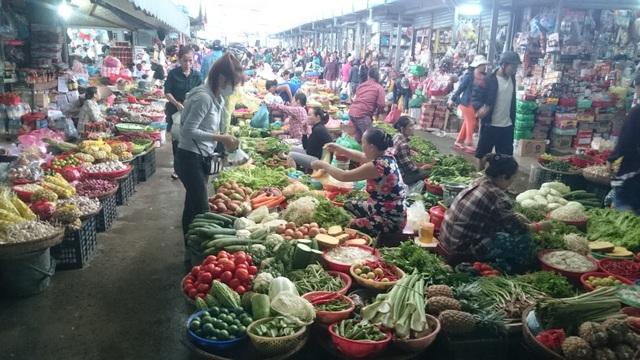 Rau xanh tại các chợ đều đồng loạt tăng giá đột biến do mưa lũ kéo dài