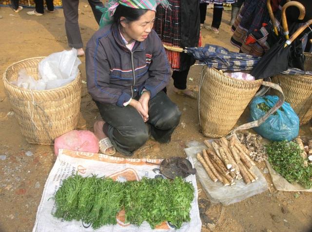 Bà con người dân tộc thiểu số bán rau rừng ở chợ vùng cao