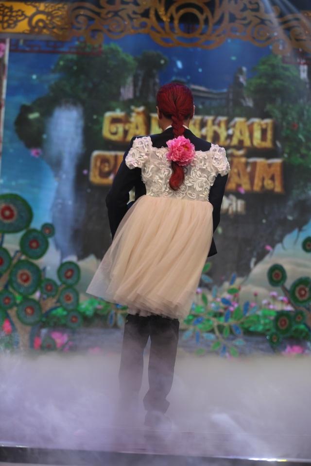 Cận cảnh bộ trang phục trước vest, sau váy của Cô Đẩu.