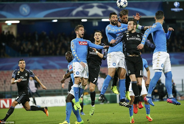 Đến phút 57, Ramos lại tiếp tục đánh đấu khiến Mertens đốt lưới nhà, giúp Real Madrid dẫn 2-1