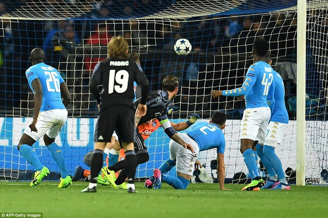 Tuy nhiên đầu hiệp 2, Ramos đánh đầu gỡ hòa 1-1 cho Real Madrid