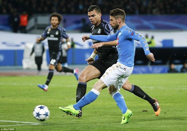 Mertens mở tỷ số 1-0 cho Napoli ở phút 24