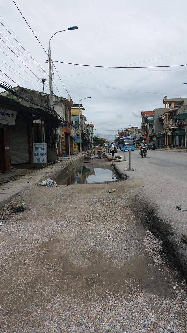 Tại khu Tràng Bạch, Hoàng Quế, Đông Triều, đường đẹp chả thấy chỉ thấy toàn hố, rãnh...