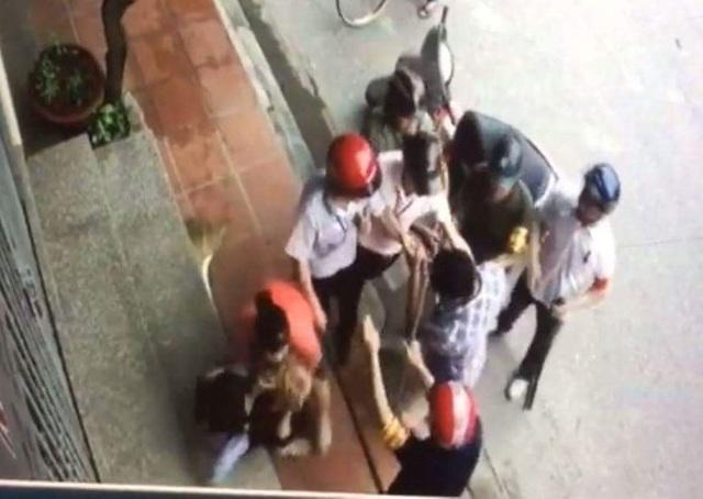 Hình ảnh nhóm cán bộ phường đang tranh giành cưỡng chế đưa chú chó về phường.