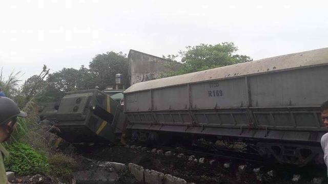Tàu hỏa húc ô tô văng 50 mét, 4 người tử vong - 13