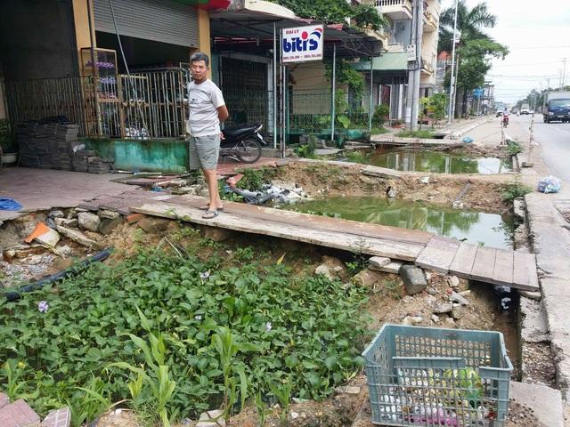 Cửa nhà dân ở Phương Đông, Uông Bí thành ao với rêu, bèo tây và rác.