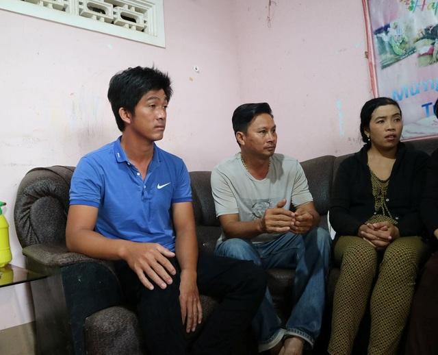 Anh Nguyễn Thanh Tùng (áo xanh bên trái) đang kể lại sự việc