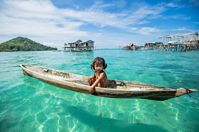 Để thoải mái lặn dưới nước, từ nhỏ người Bajau Laut bị chọc thủng màng nhĩ