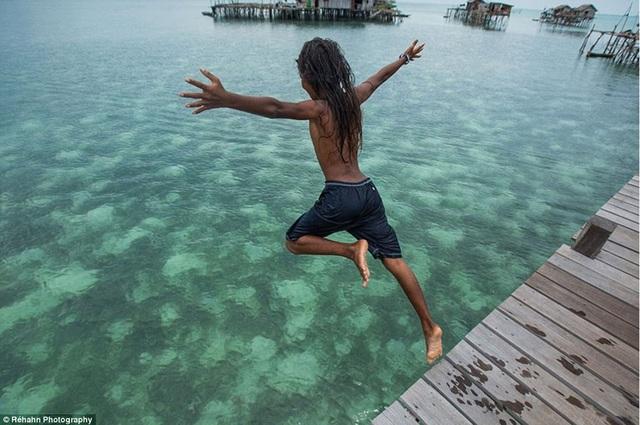 Những em bé người Bajau Lant được học bơi lặn từ rất nhỏ