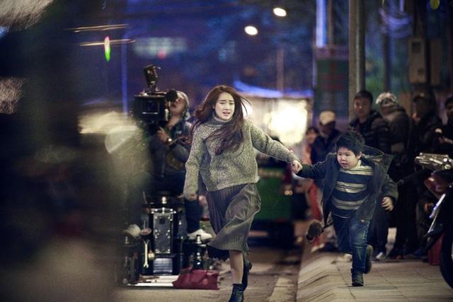 Nhã Phương và bé A Pù trong một cảnh quay của phim.