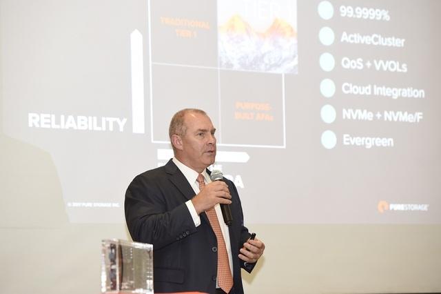 Ông Michael Alp, Phó Chủ tịch Pure Storage khu vực châu Á Thái Bình Dương và Nhật Bản phát biểu tại hội thảo. (Ảnh: Hồng Vân)