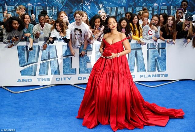 Người đẹp 29 tuổi diện bộ váy đỏ rực của Giambattista Valli và đeo nữ trang Chopard