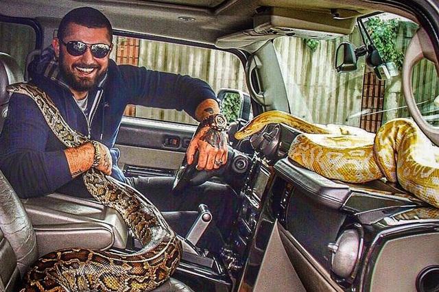Một anh chàng con nhà giàu lái chiếc xe với bạn đồng hành là hai con trăn lớn. (Nguồn: RichKidsofIstanbul / Instagram / cerkescengiz)