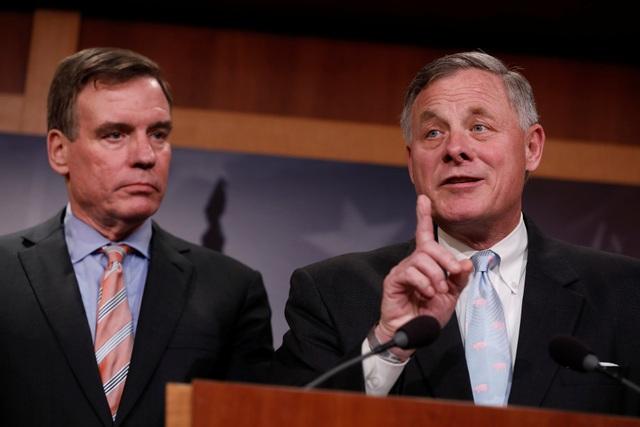 Chủ tịch Ủy ban Tình báo Thượng viện Mỹ Richard Burr (phải) và Phó Chủ tịch Ủy ban Tình báo Thượng viện Mỹ Mark Warner trong cuộc họp báo tại Washington hôm 29/3 (Ảnh: Reuters)