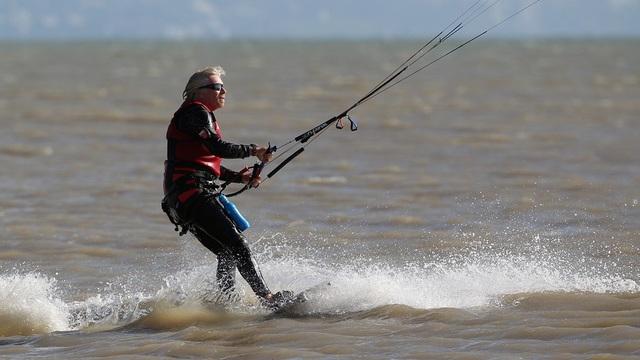 Thói quen hằng ngày của Richard Branson là thức dậy lúc 5h sáng để thả diều, lướt sóng, bơi lội hoặc chơi tennis. (Nguồn: Getty Images)