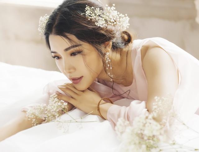 Mang phong cách dịu dàng, nữ tính quen thuộc, Á hậu Yan My khiến người hâm mộ nao lòng trước những khung hình đẹp lãng mạn trong bộ ảnh mới.