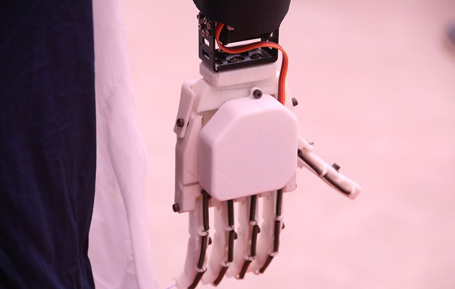 Bàn tay của rô bốt hình người có thể cử động để tạo ra những cử chỉ thân thiện.