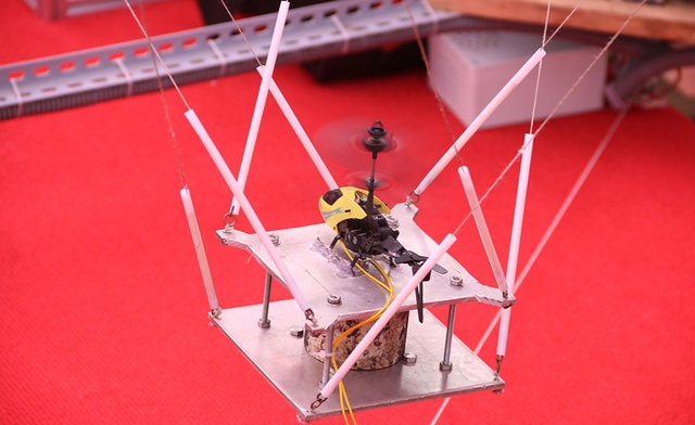 Mô hình rô bốt song song 6 bậc tự do chấn động bằng 8 dây mền, kết hợp công nghệ thực tế ảo tạo ra hình ảnh của chuyến bay, giúp phi công trải nghiệm được chuyến bay trước khi bay thực tế.