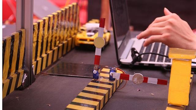 Khả năng hoạt động này sẽ làm cho khoảng cách đọc và bộ nhớ của của RFID chủ động lớn hơn so với thẻ RFID thụ động. Thẻ Tag RFID chủ động có khả năng đọc xa tới 100 mét, giúp nó còn được ứng dụng lý tưởng cho các ứng dụng ngoài trời.