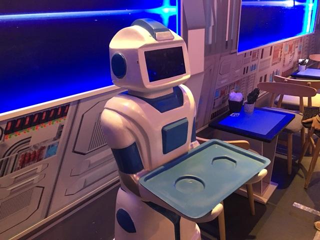 Khi nào khách có yêu cầu mới phục vụ bằng robot vì hiện giờ vẫn chỉ để hút khách là chính