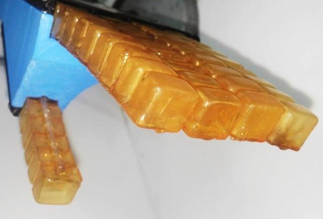 Vật liệu polyme cao su trông giống như các viên thành và có thể liền lại khi nóng lên.