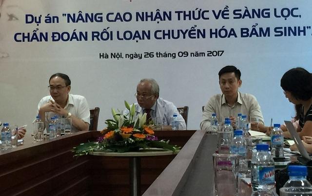 Từ trái qua phải: TS.BS Vũ Chí Dũng, PGS.TS Lê Thanh Hải (giữa)